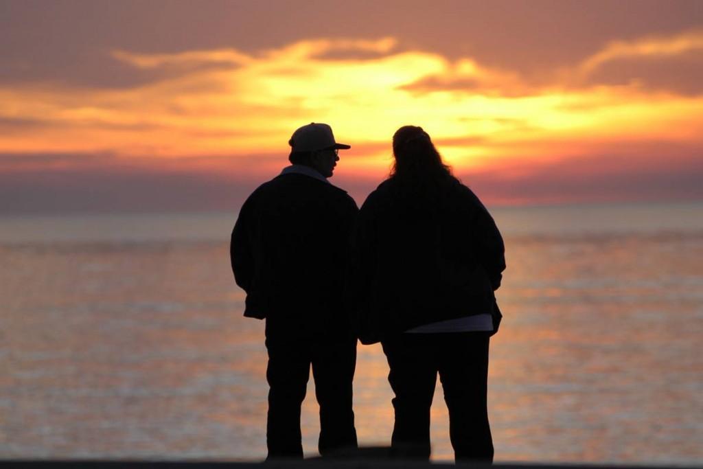 Paar vorm Sonnenuntergang