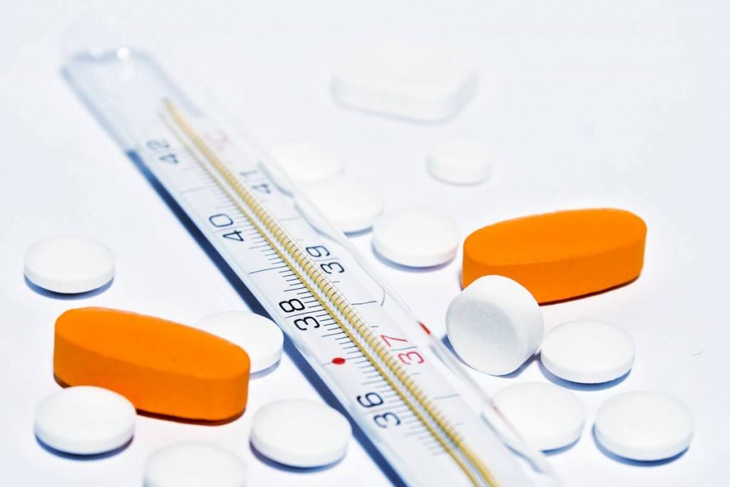 Medikamente und Thermometer