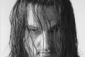 Lange Haare bei Männern beeinflussen die Technik des Pulloverausziehens